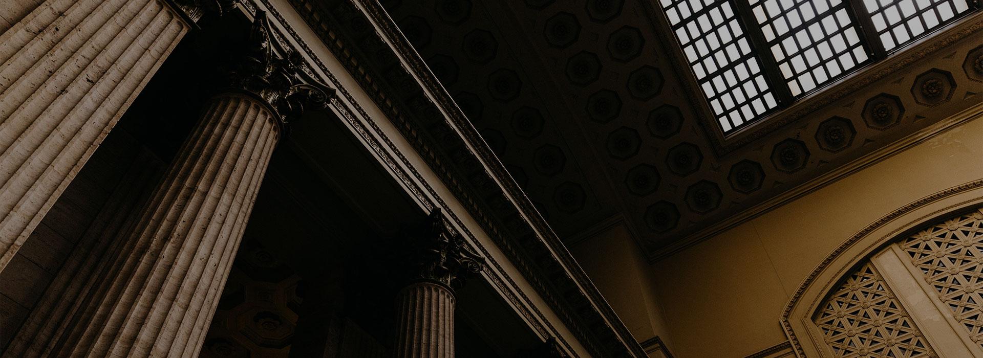 интериор съдебна зала с колони и капители коринтски стил